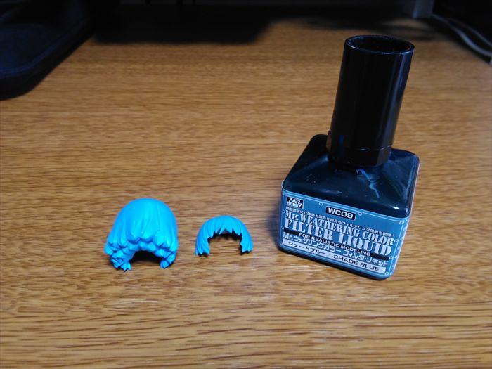 塗装したFAガールの頭とMr.ウェザリングカラーのシェードブルー