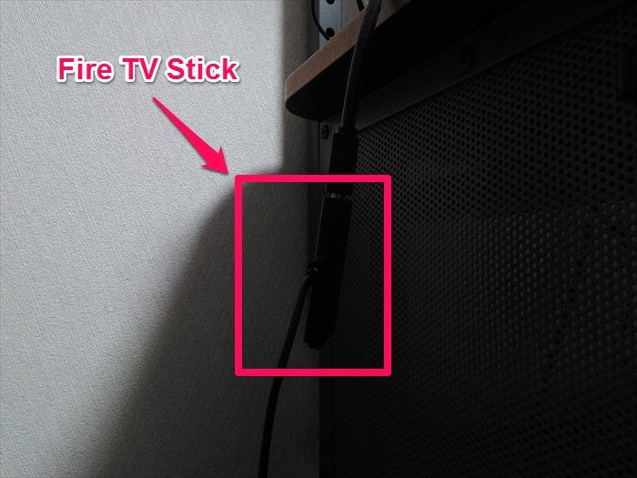机の上からぶら下がってるFire TV Stick