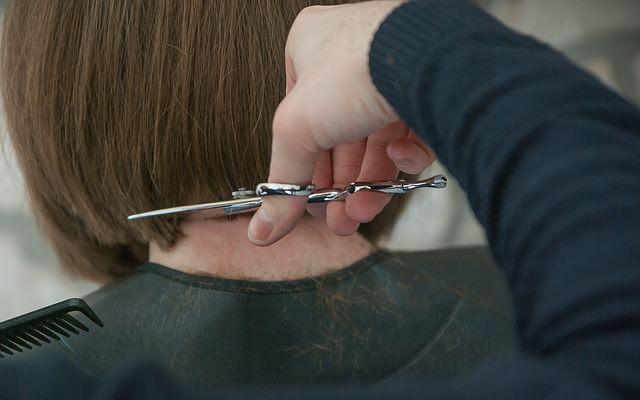 美容院で髪をカットしてもらっているところ