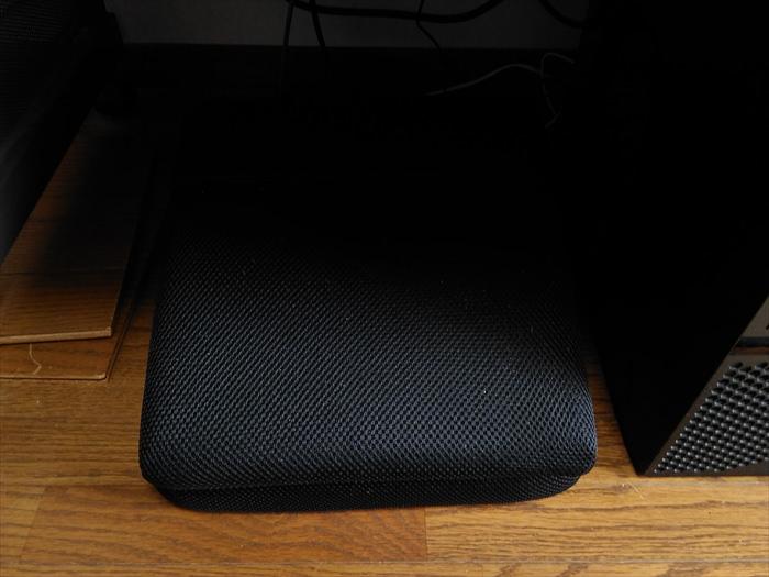 机の下にフットレストを置いている様子