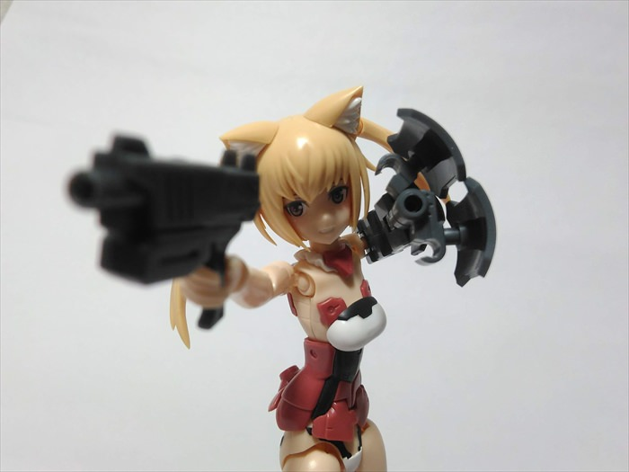 ハンドガンと武器腕を構えるイノセンティア
