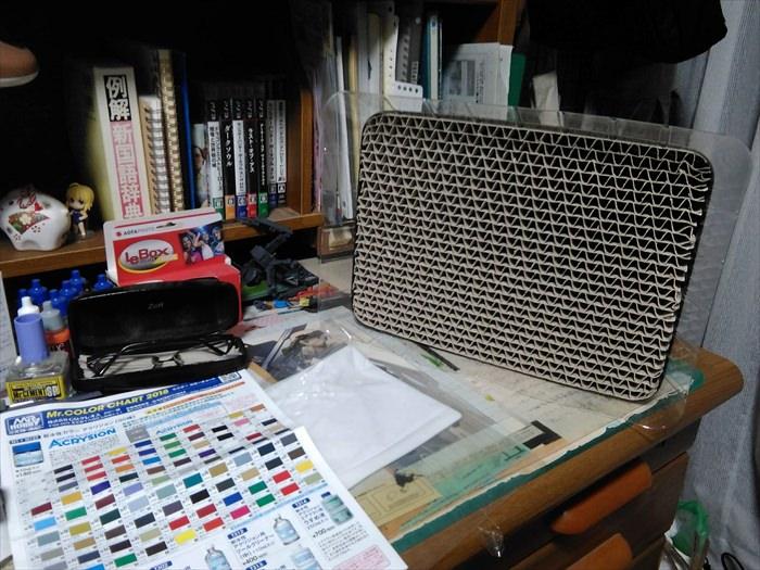塗装ブースを机の上に置いた様子