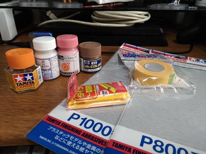 通販で買った塗料と接着剤とヤスリとマスキングテープ