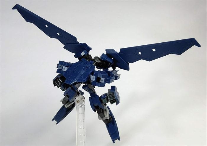 翼を広げて飛行しているカスタマイズ機