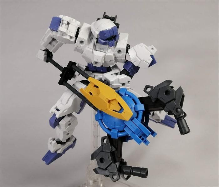 下に向けてオリジナル武装を構えるラビオット