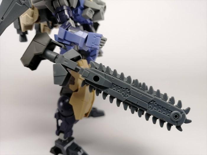 チェーンソーを2枚使った武器を横から見た様子
