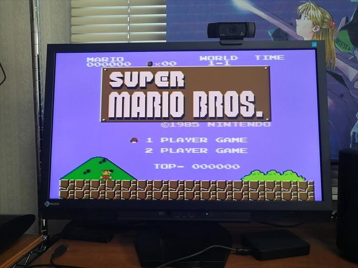 ファミコン版スーパーマリオブラザーズをHDMI接続で画面に映した様子