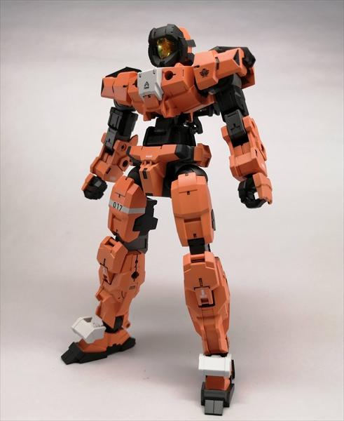 オレンジ色に全塗装したアルトの立ち姿