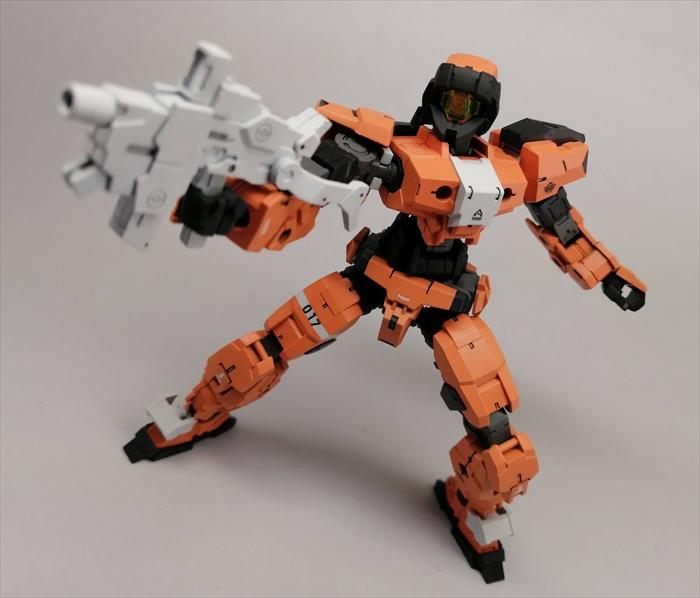オレンジ色のアルトがライフルを構えている様子