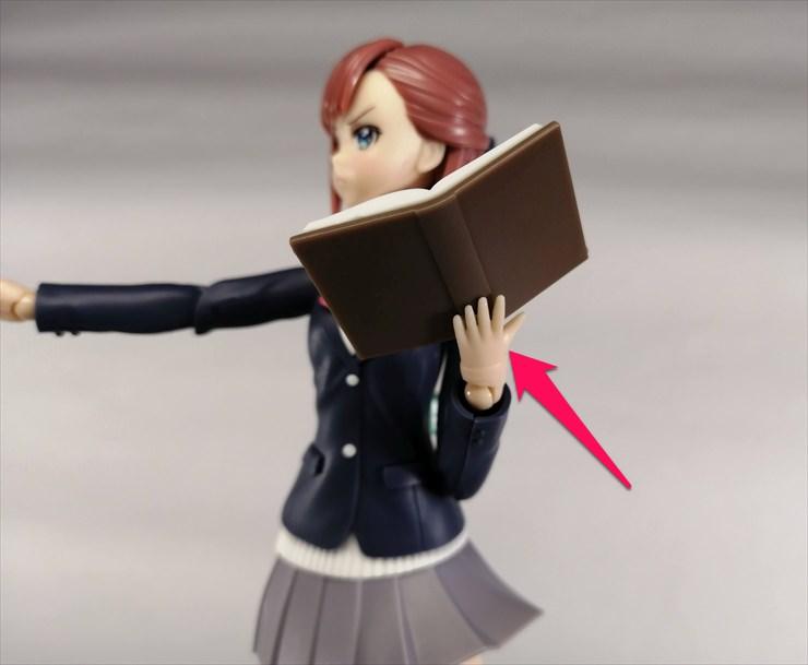 両面テープで本を手のひらに固定してる様子