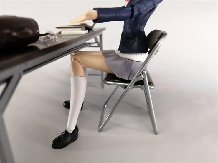 折りたたみ椅子に座っている小鳥遊暦
