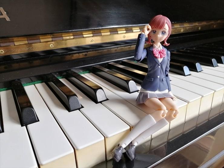 ピアノの上に座っている小鳥遊暦