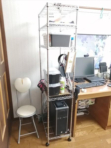 タワー型のパソコンが設置されたメタルラック