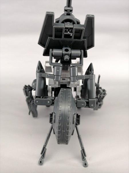 キャノンバイクのタイヤをジョイントを利用して無人兵器に接続している様子